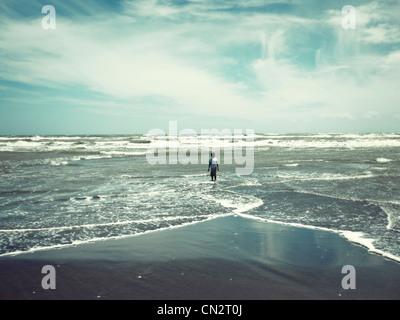 Alone: ragazzo sulla spiaggia, Nuova Zelanda. Immagini Stock