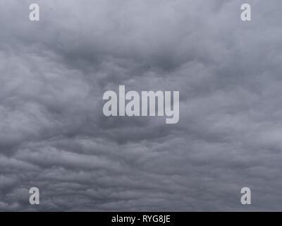Grigio scuro e nuvole di tempesta prima della tempesta Immagini Stock