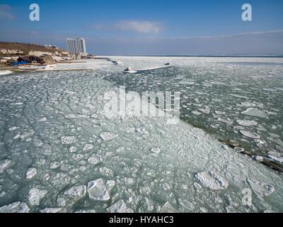Antenna fuco immagine del mar nero congelato a 12 stazione spiaggia in Odessa Ucraina. Immagini Stock