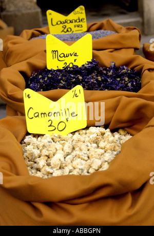 Sacchi colorati di erbe e spezie sono una veduta familiare in francese i mercati dei prodotti alimentari Immagini Stock