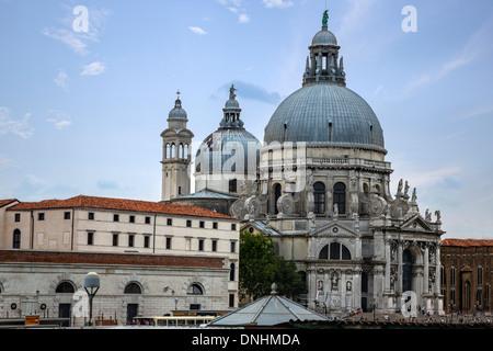 La Chiesa in una città, Santa Maria della Salute, Venezia, Veneto, Italia Immagini Stock