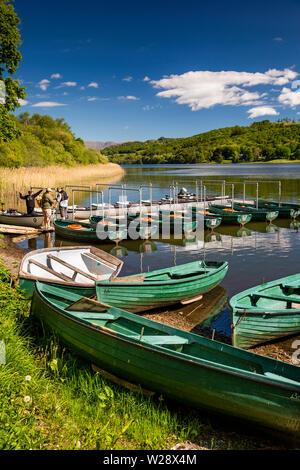 Regno Unito, Cumbria, Hawkshead, maneggio, Esthwaite acqua Pesca di Trote, noleggiare barche a remi in barca House Immagini Stock