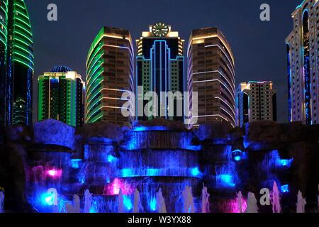 Vista della città di Grozny centro business illuminata di notte a Grozny la capitale della Cecenia ufficialmente la Repubblica cecena nel Nord Caucaso Distretto federale della Russia. Immagini Stock