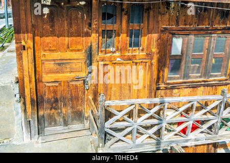 Porta chiusa, Mukhba village, Harsil, Uttarakhand, India, Asia Immagini Stock