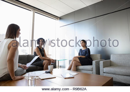 Imprenditrici discutendo dei documenti in office lounge sale riunioni Immagini Stock
