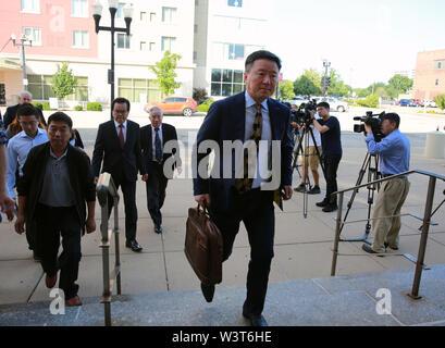 (190717) -- PEORIA (USA), 17 luglio 2019 (Xinhua) -- Wang Zhidong (anteriore), consigliere giuridico presso la famiglia di visitare lo studioso cinese Zhang Yingying, teste per il Federal Courthouse edificio in Peoria, Illinois, Stati Uniti, il 17 luglio 2019. Dopo che un giudice statunitense conclude tutte le prove dalla condanna in fase di studioso cinese uccidendo trial martedì, gli argomenti di chiusura da entrambi i pubblici ministeri e la difesa ha iniziato qui il mercoledì mattina. Le argomentazioni di chiusura della fase di condanna per Brendt Christensen che è stato trovato colpevole di uccisione di Zhang Yingying nel 2017 ha avuto luogo intorno alle ore 9 Immagini Stock