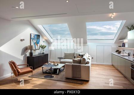Cucina a pianta aperta, sala da pranzo e soggiorno nell'iconico art deco Hoover Building a Londra, nel Regno Unito che è stato convertito in appartamenti da Interrobang Immagini Stock