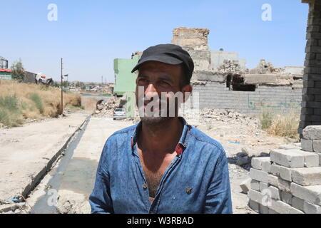 Mosul. 14 Luglio, 2019. Foto scattata a luglio 14, 2019 mostra Ali Saadi nella vecchia città di Mosul, Iraq. La guerra per liberare l Iraq di Mosul da uno Stato islamico (SI) gruppo militante ha ottenuto la vittoria per due anni, ma le sue gravi impatti ancora pesare sui residenti della città. Un grassroots campagna di raccolta fondi è stato avviato in cinese social media con schiacciante solidarietà, puntando a portare speranza alla guerra-ridden famiglie in Iraq di Mosul. Per andare con 'Funzione: Cinese grassroots donazioni portare speranza alla guerra-ridden famiglie in Iraq di Mosul' Credit: Khalil Dawood/Xinhua/Alamy Live News Immagini Stock