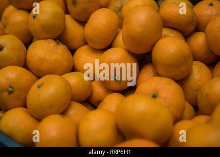 Sfondo luminoso di arance mature di mandarini. Immagini Stock