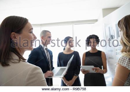 Sorridente imprenditrice ascolto in office meeting Immagini Stock