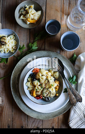 Ciotola di pasta fresca insalata con verdure grigliate Immagini Stock