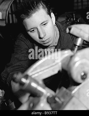 Caposquadra della officina automatizzato del 2° Mosca orologeria fabbrica L Stepanov che tornò a lavorare Immagini Stock