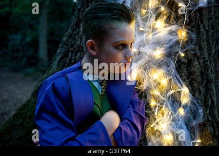 Un ragazzo vestito in costume per la notte di Halloween. Immagini Stock