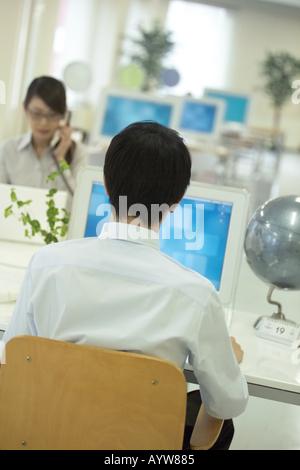 Lavoratore di ufficio con un computer Immagini Stock
