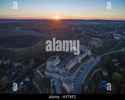 Riprese aeree verso un tramonto dietro kamianets-podilskyi castello in Ucraina occidentale. prese su una chiara Immagini Stock