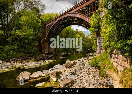 Regno Unito, Cumbria, York, Brigflatts, ridondante di pietra e di ferro ponte ferroviario di Ingleton linea di diramazione, varcando il fiume Rawthey chiusa negli anni cinquanta a Immagini Stock