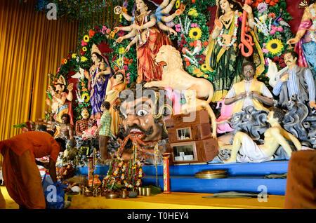 Idolo di DEA sul Durga Puja festival, Calcutta, West Bengal, India, Asia Immagini Stock