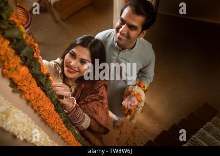 Coppia giovane sposa in abito tradizionale di eseguire rituali Immagini Stock