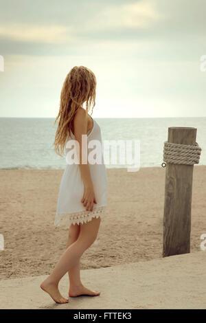 Donna bionda camminando sulla spiaggia Immagini Stock