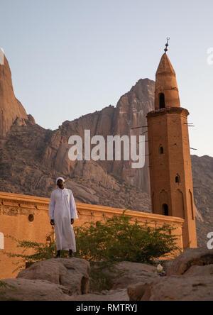 Muezzin che effettua la chiamata alla preghiera di fronte la moschea Khatmiyah alla base delle montagne Taka, Stato di Kassala, Kassala, Sudan Immagini Stock