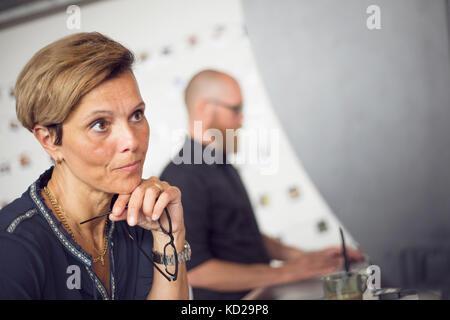 Uomo e donna che lavorano in ufficio Immagini Stock