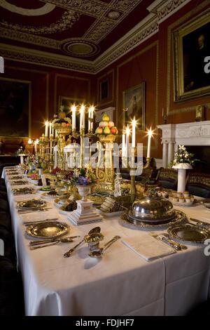 La sala da pranzo al Attingham Park, Shrewsbury, Shropshire, con il tavolo da pranzo prevista per una cena formale Immagini Stock