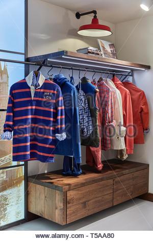 Display di abbigliamento a HKT. HKT Showroom, Londra, Regno Unito. Architetto: N/A, 2019. Immagini Stock