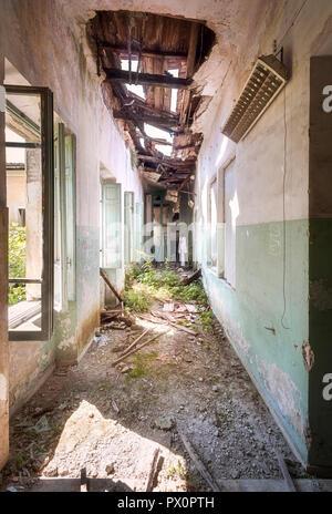 Vista interna di un corridoio in un monastero abbandonato in Italia. Immagini Stock