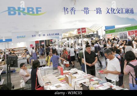 (190717) -- HONG KONG, luglio 17, 2019 (Xinhua) -- i visitatori di leggere libri durante il trentesimo Hong Kong Fiera del Libro di Hong Kong, Cina del Sud, 17 luglio 2019. Il trentesimo Hong Kong Book Fair aperto mercoledì presso il Centro Convegni ed Esposizioni di Hong Kong. Quest'anno la fiera del libro attira 686 espositori provenienti da 39 paesi e regioni. (Xinhua/Wang Shen) Immagini Stock