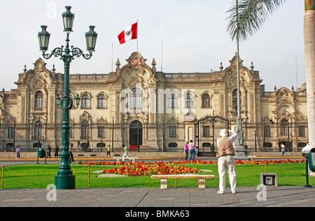 Fotografo cattura vista frontale del palazzo del governo in Plaza Mayor UNESCO designati del Perù, Lima Immagini Stock