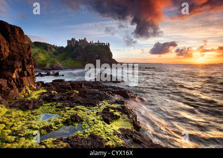 Il castello di Duluce al tramonto sulla costa di Antrim, Irlanda del Nord. Immagini Stock