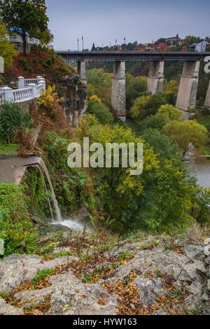 Il canyon del fiume smotrych verso il ponte novoplanivskyi in kamianets-podilski ucraina Immagini Stock