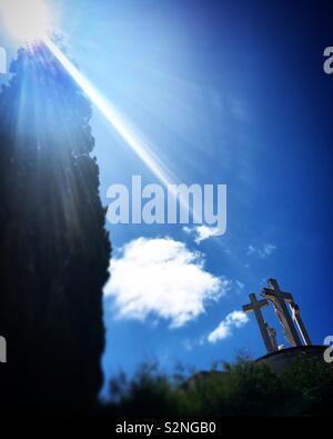 Un raggio di sole illumina il Calvario monumento nel santuario di Fatima, Portogallo Immagini Stock
