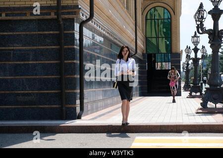 Giovane donna a piedi nel centro di Magas la città capitale della Repubblica di Inguscezia nel Nord Caucaso Distretto federale della Russia. Immagini Stock