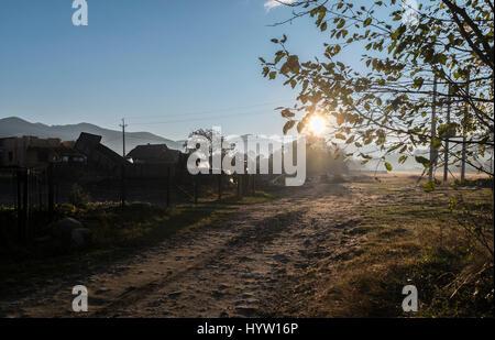 Inquadratura di un alba rurale nel villaggio di mykuluchyn nella regione dei Carpazi dell'Ucraina occidentale. Immagini Stock