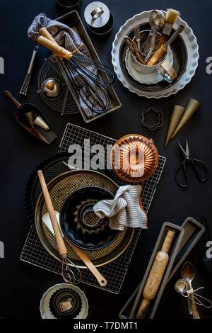 Panificazione e pasticceria attrezzature su sfondo nero Immagini Stock