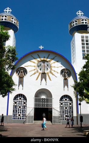 """Il vividlu architettura unica della cattedrale di """"Nuestra Señora de la Soledad',Acapulco, Messico Immagini Stock"""