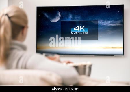 Donna Orologi tv con 8k ultra risoluzione HD. Immagine sullo schermo creato nel software di grafica. Immagini Stock