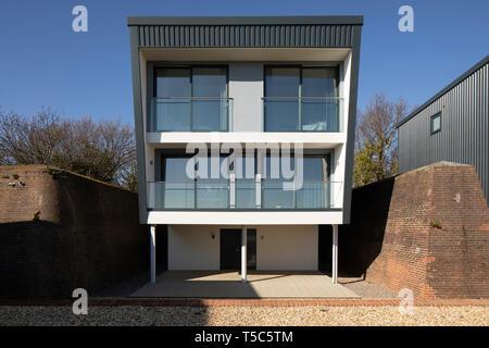 Vista in alzato frontale di una delle case. Priddys Hard, Gosport, Regno Unito. Architetto: John Pardey architetti, 2019. Immagini Stock