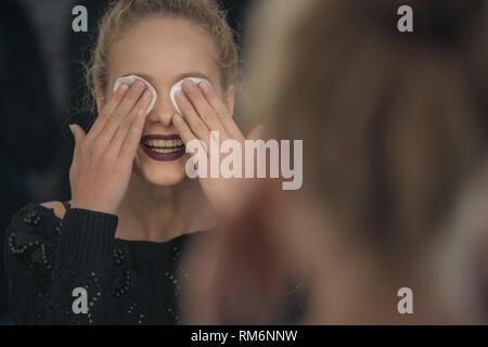 Funny ragazza bionda chiude gli occhi e risate Immagini Stock