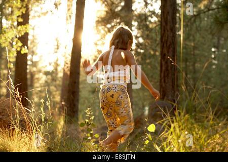 Ragazza camminare nei boschi Immagini Stock