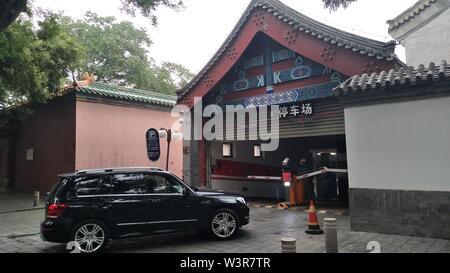 (190717) -- PECHINO, luglio 17, 2019 (Xinhua) -- foto scattate con un telefono cellulare mostra una guida auto in un parcheggio presso il Museo del Palazzo Imperiale a Pechino Capitale della Cina, 17 luglio 2019. (Xinhua/Zhang Chao) Immagini Stock