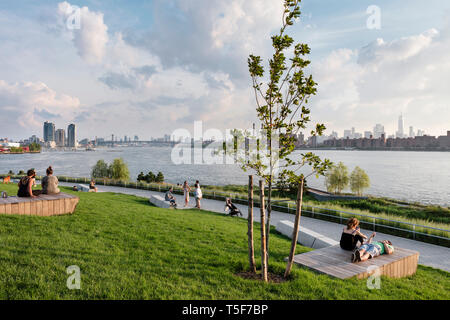 Il Creek si affacciano sulla zona con legno 'zattere'. Cacciatori South Park, New York, Stati Uniti. Architetto: SWA/Balsley in collaborazione con Weis Immagini Stock