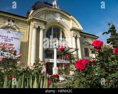 Rose rosse con Chernivtsi Teatro Ucraina anteriore Chernivtsi Teatro in background. Oblast di Chernivtsi Ucraina Immagini Stock