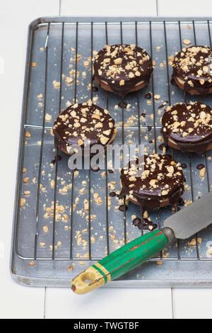 Cioccolato artigianale rivestito di burro di arachidi frollini dolci il. Cioccolato rotondo di biscotti frollini con burro di arachidi crema nel mezzo Immagini Stock