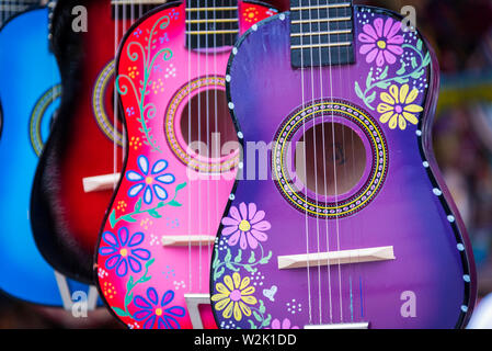 Un gruppo di dipinti colorati mexican made guitars Immagini Stock