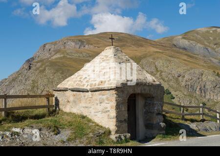 Francia, Hautes Alpes, la massiccia Tomba di Oisans, un oratorio sulla strada di Chazelet e la piastra dell'Emparis Immagini Stock