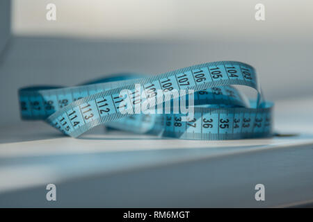 Blu il nastro di misurazione per la vita sul tavolo. La dieta. Dimagrante Fitness Immagini Stock