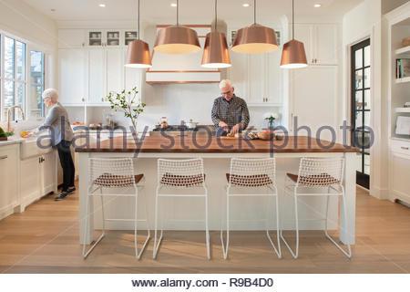 Coppia senior per la cottura nella cucina moderna Immagini Stock