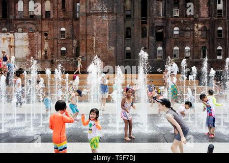 Bambini che giocano nella fontana. Domino Park, Brooklyn, Stati Uniti. Architetto: James Corner Field Operations, 2018. Immagini Stock